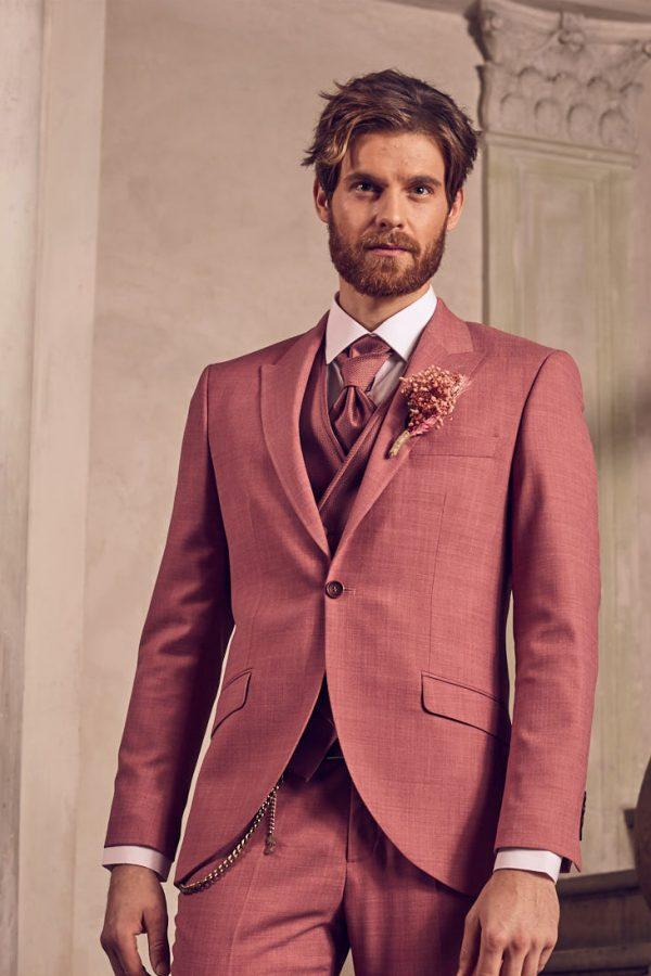 Vőlegény-Manzetti-korall-esküvői-öltönyben